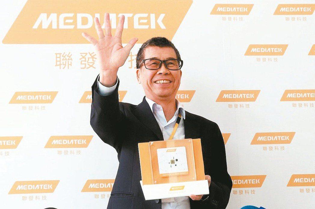 聯發科董事長蔡明介手比五,介紹5G系統單晶片。 本報資料照片