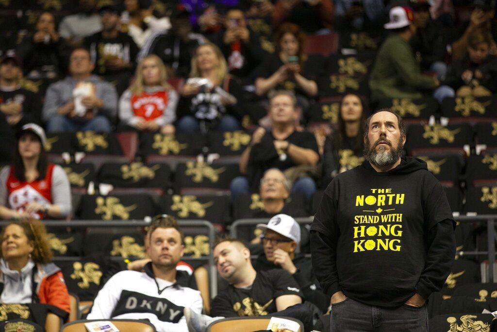 鵜鶘與暴龍開幕戰,場內有球迷穿上聲援香港標語衣服。 美聯社