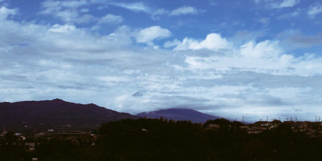 還有網民表示,就在首相安倍晉三喊完3聲萬歲後,雲層退開富士山山頂乍現。圖擷自Tw...