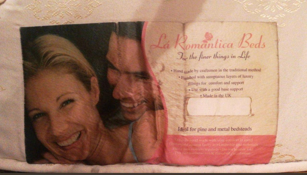 Joi後來才發現「前女友照」竟是貼在床褥上的廣告標籤,尷尬得不敢回覆男友。圖擷自...