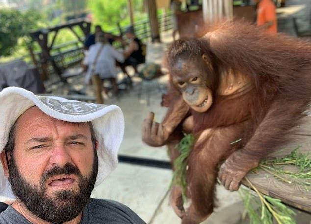 伊恩與家人同遊峇里島動物園,意外拍下紅毛猩猩怒比中指的瞬間。圖擷自每日郵報