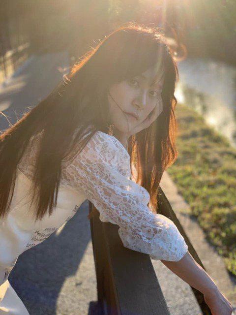 台灣桌球好手江宏傑,他的姊姊江恆亘高顏值引發網友熱議,如今她也在演藝圈出道,最近更開設個人Youtube頻道,而她也揭開自己過去的職業。江恆亘常會在社群上分享旅遊的照片,因此有不少網友懷疑她是不是很...