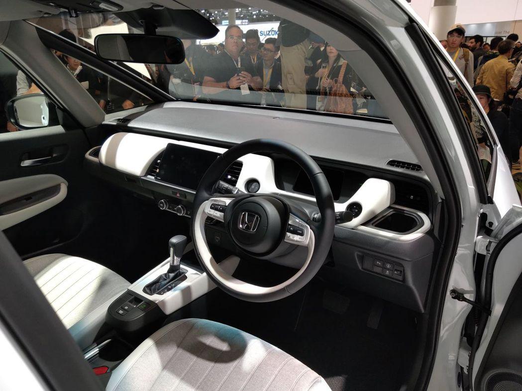 第四代Honda FIT採用與Honda e相同的二幅式方向盤設計。 記者張振群...