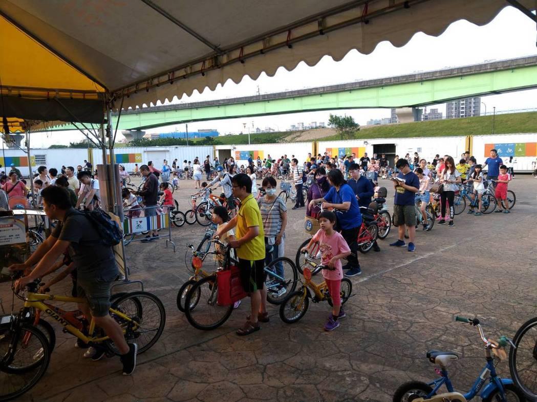 自行車新文化基金會的新北河濱租借站,各站的租借系統為展碁國際提供的蘋果方案。 展...