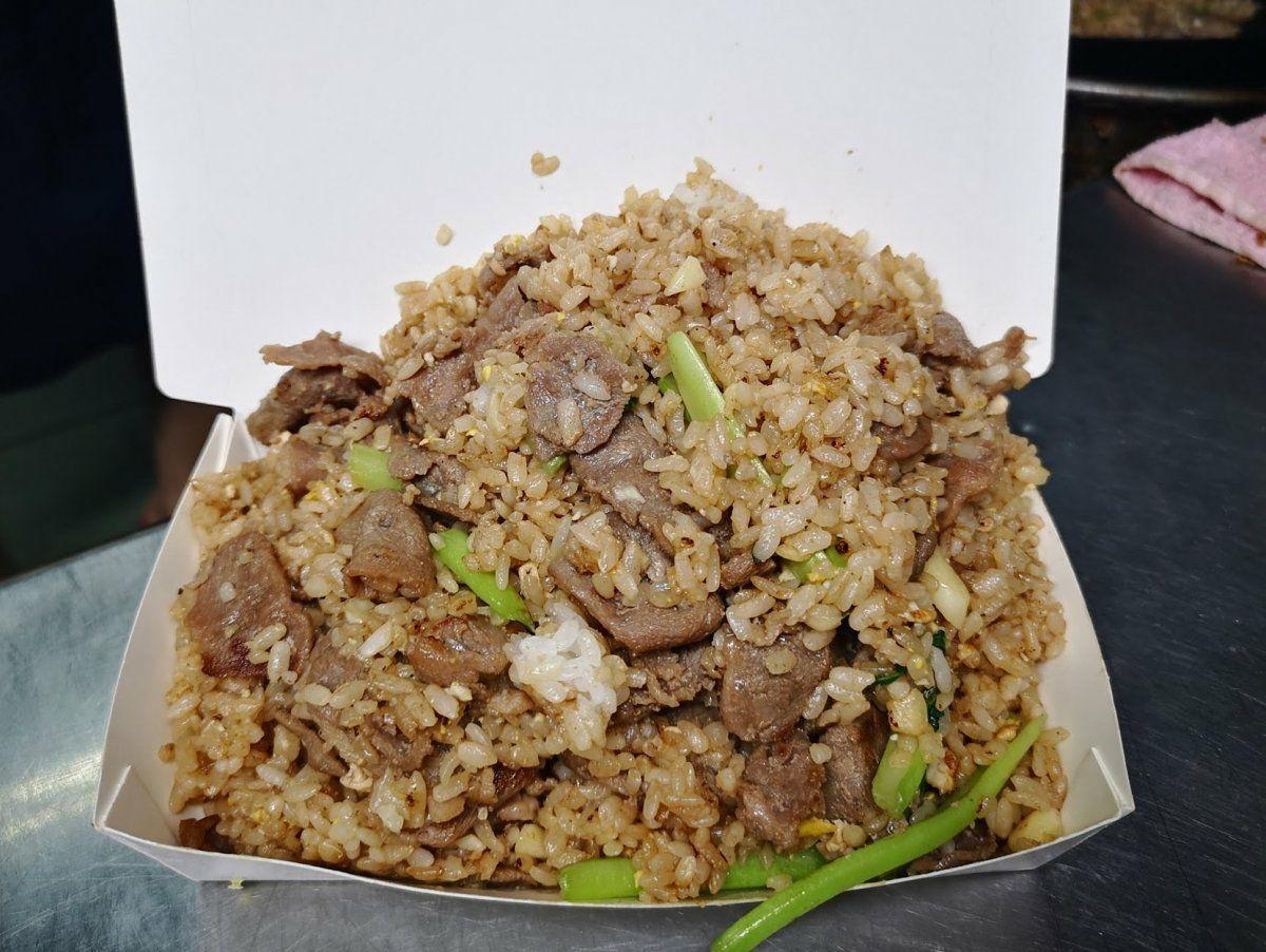有網友表示自己阿嬤販賣的羊肉炒飯份量爆多,近期因成本問題豬血湯上漲5元卻遭客人怒...