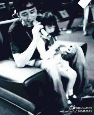 信曾在父親節時曬出與女兒的合照。圖/擷自微博