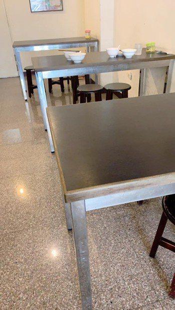有網友很不解,為何總是會有客人選擇還沒收乾淨的座位,而不選乾淨的座位坐,令她和同...