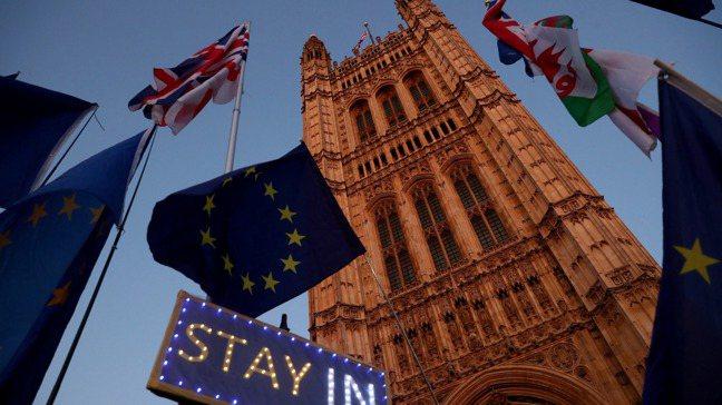 英國國會前,反脫歐示威人士高舉的標語牌。路透