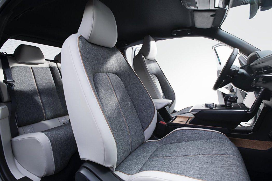 全新Mazda MX-30前座可前後滑移,亦能將椅背向前傾倒方便後座乘客進出或放...