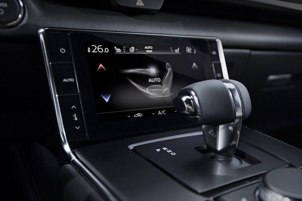 全新Mazda MX-30懸浮式中控台上採用了品牌首度搭載可調整冷暖空調的觸控螢...