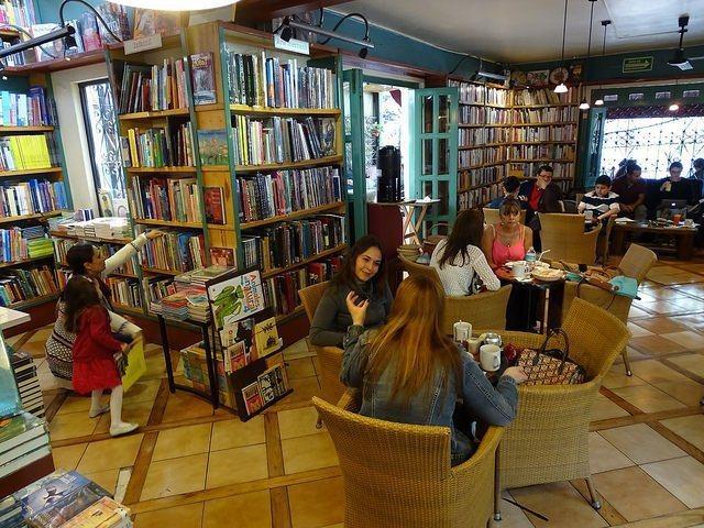 在氣候炎熱的墨西哥,到書店喝杯咖啡是最佳的避暑選擇。圖/擷自flickr(女子學...