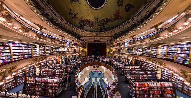 由劇院改建的雅典人書店內部保有原始劇院建築特色,是阿根廷的地標之一。圖/擷自fl...