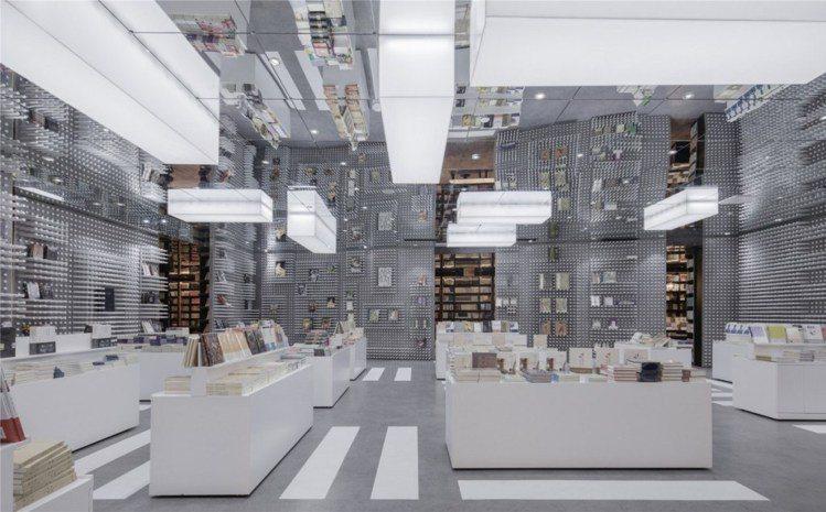 鐘書閣的閱讀空間因天花板的鏡面反射而無限延伸,未來感十足。圖/擷自ArchDai...