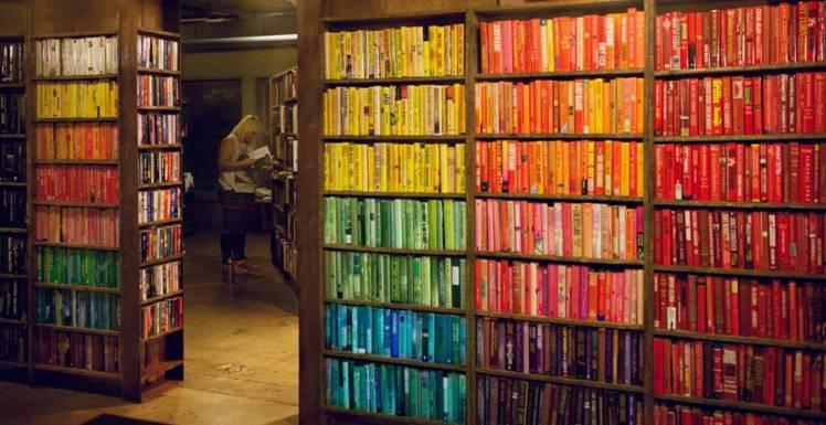「最後一家書店」空間充滿獨特創意,其中依顏色排列的書櫃為一大特色。圖/擷自THE...