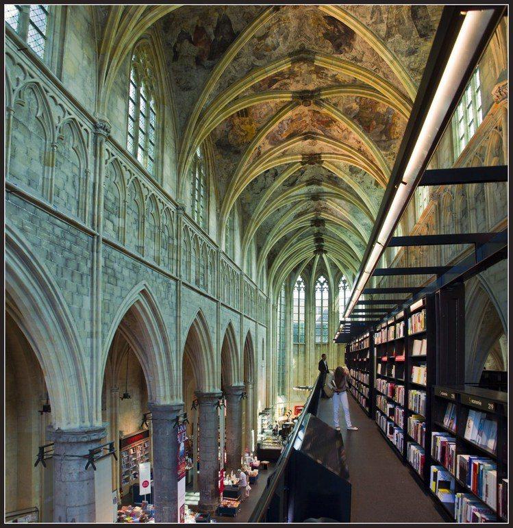 精雕細琢的教堂穹頂十分壯觀,體驗一場文學與藝術的饗宴。圖/擷自flickr(女子...