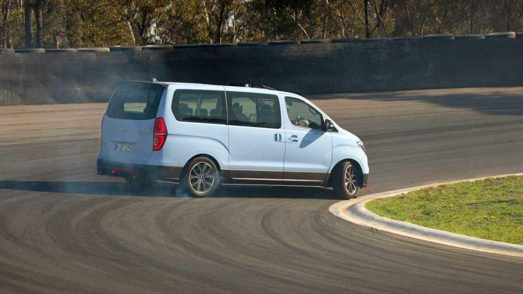 商旅車看似笨重,但Hyundai把自家iMax打造成一款「Drift Bus」甩...