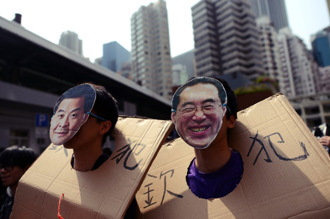 唐英年(右)曾在2012年參與特首選舉,不過當時輸給了梁振英(左);現在則是擔任...