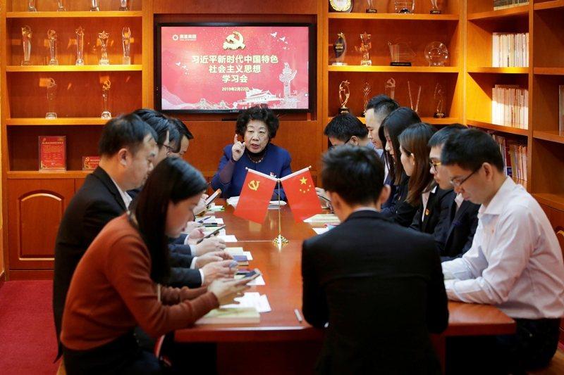 全中國黨政公務員、國企員工、公立學校教師、8千多萬的中共黨員都必須下載「學習強國...