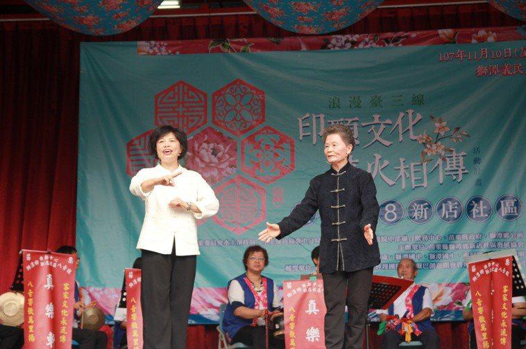 83歲劉蘭嬌(前排右)不僅圓了演員夢,還活躍在客家八音、三腳採茶劇。 圖/蕭芳纓...