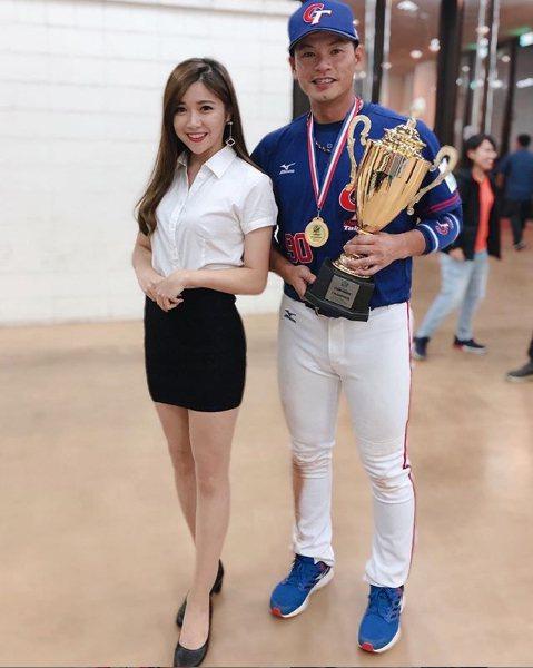 亞錦賽頒獎典禮一旁協助頒獎正妹與中華隊選手合影。圖擷自「慧慧」IG