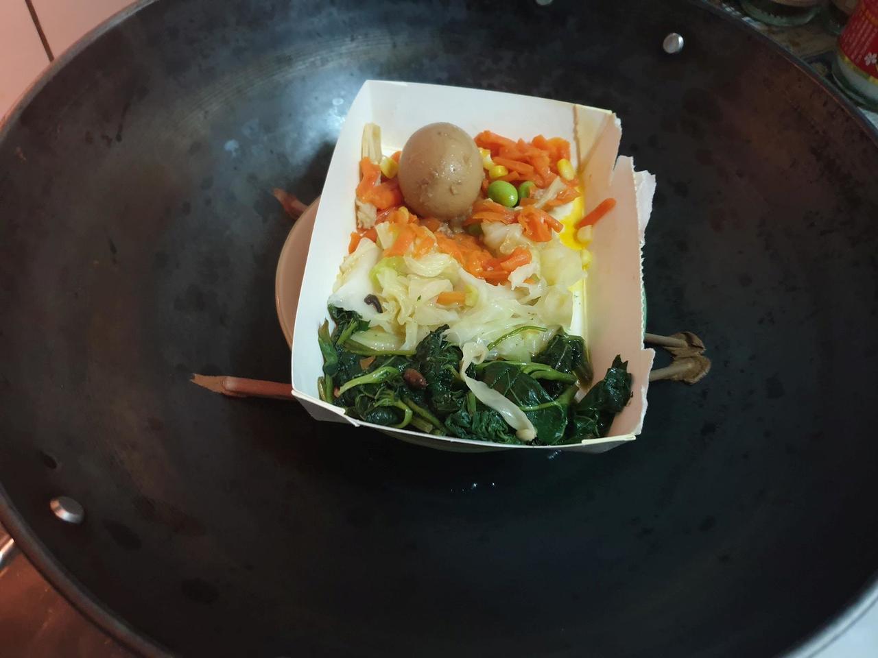 廚藝不佳的妻子蒸菜時竟然把塑膠筷子也放下去蒸,一開鍋蓋看到融化的筷子讓原PO傻眼...