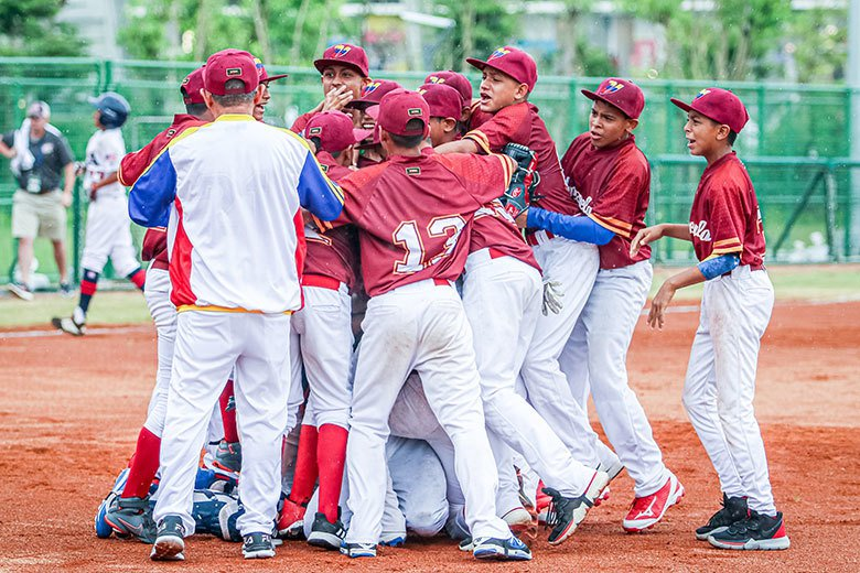 U-12委內瑞拉在B組預賽以一分險勝強敵美國後,全隊興奮地衝到投手丘相擁慶祝。 ...