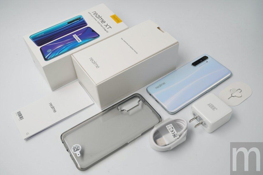 內容物一覽:附上透明保護殼,以及支援快充的充電頭
