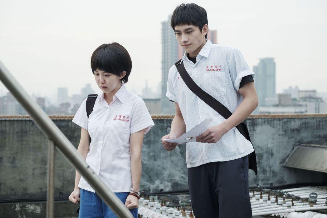 郭書瑤(左)與范少勳合作「通靈少女2」。圖/公視提供