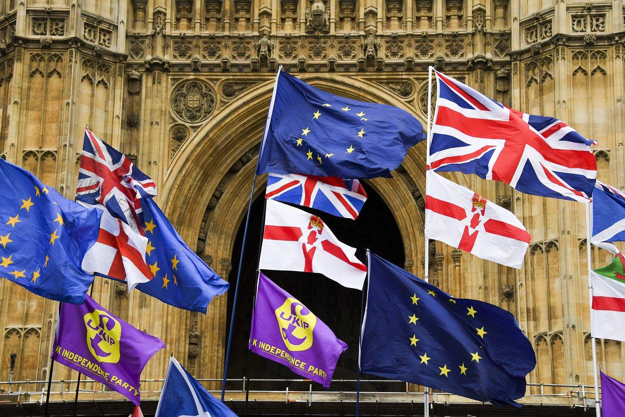 英國脫歐恐難如期在10月31日實現,拖累美股下跌。 美聯社