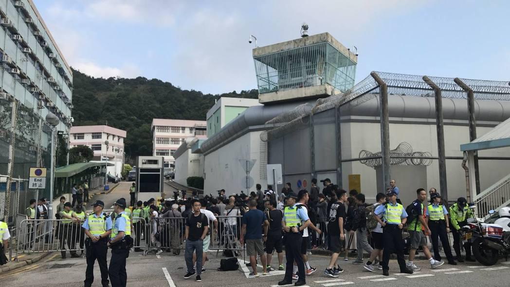 陳同佳預計23日出獄,一早監獄外就已聚集大批媒體守候。(取自《香港01》)