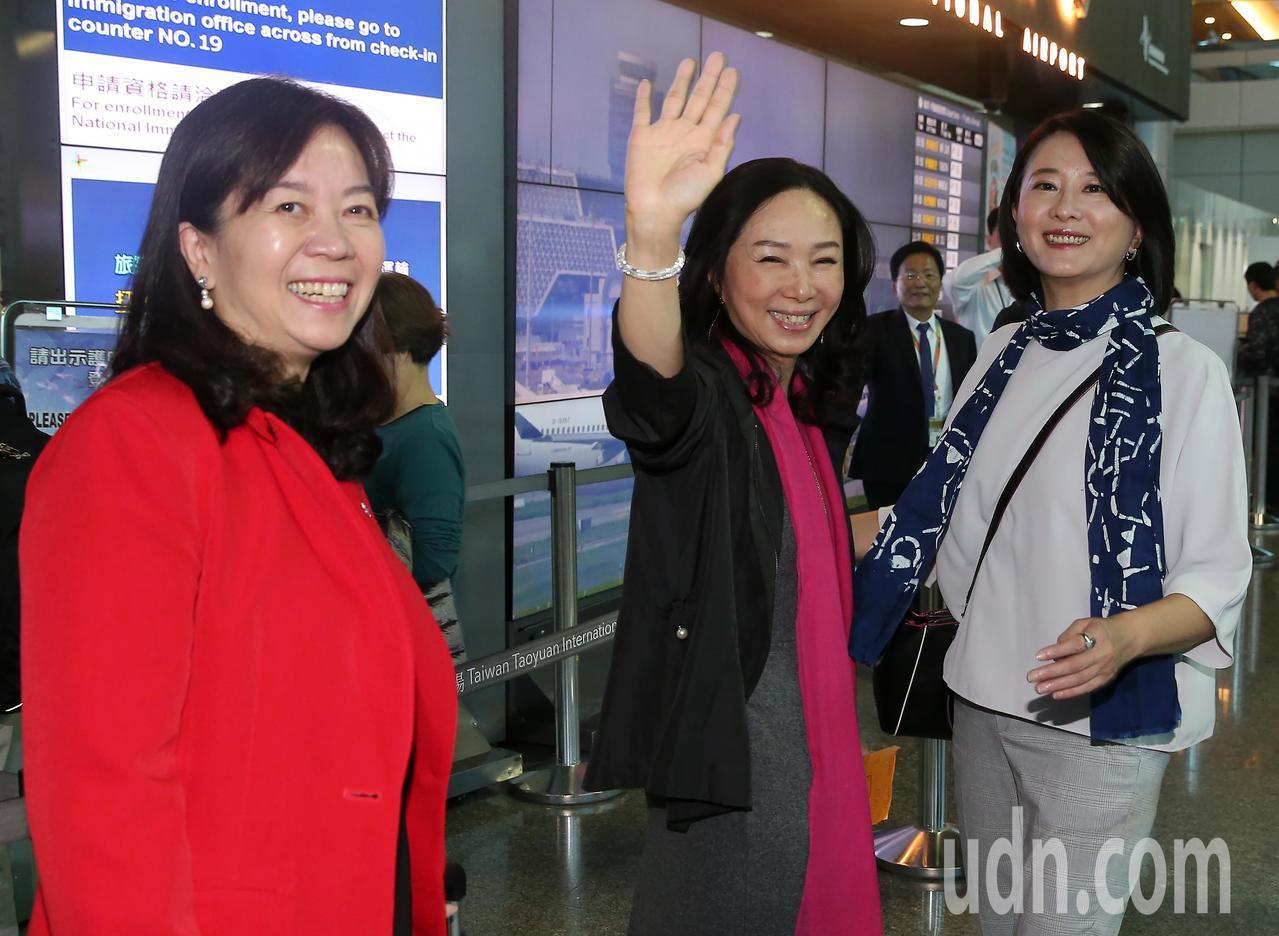 高雄市長韓國瑜夫人李佳芬(中)率領的訪問團,23日清晨搭機前往菲律賓、越南等地訪...