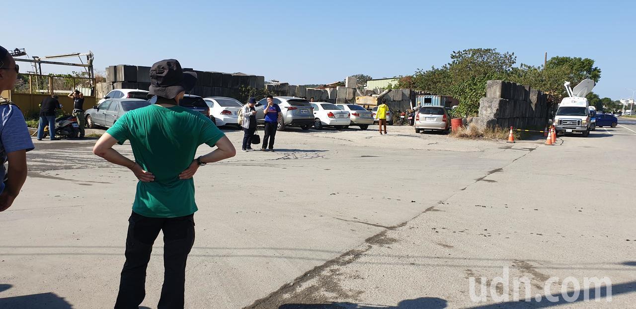 英國噴火式戰機今天要飛到台中機場 今早已有軍事迷在機場附近等候。記者游振昇/攝影