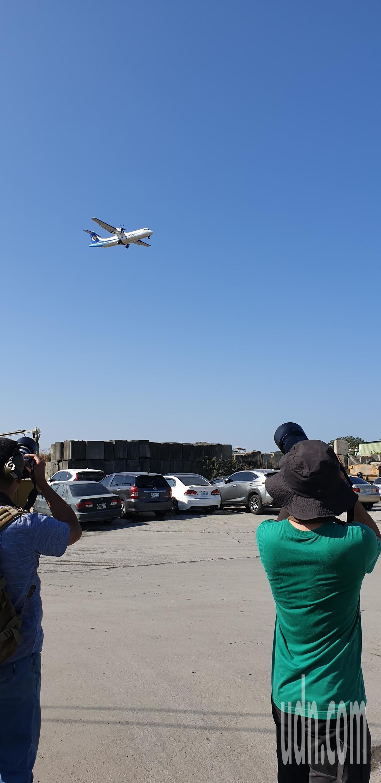 英國噴火式戰機今天要飛到台中機場。今早已有軍事迷在機場附近等候。記者游振昇/攝影