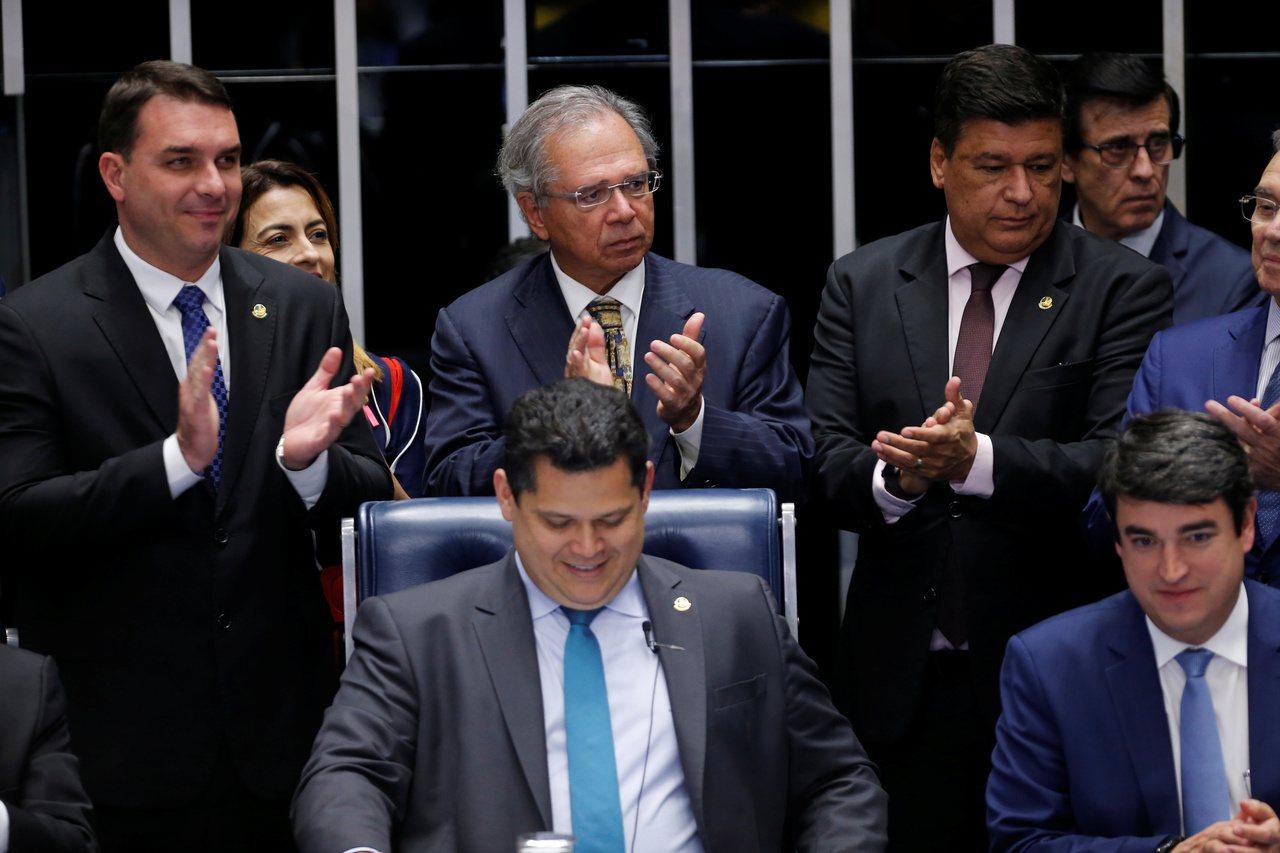 巴西財政部長Paulo Guedes(中立鼓掌者)與多位參議員歡迎投票通過年金改...