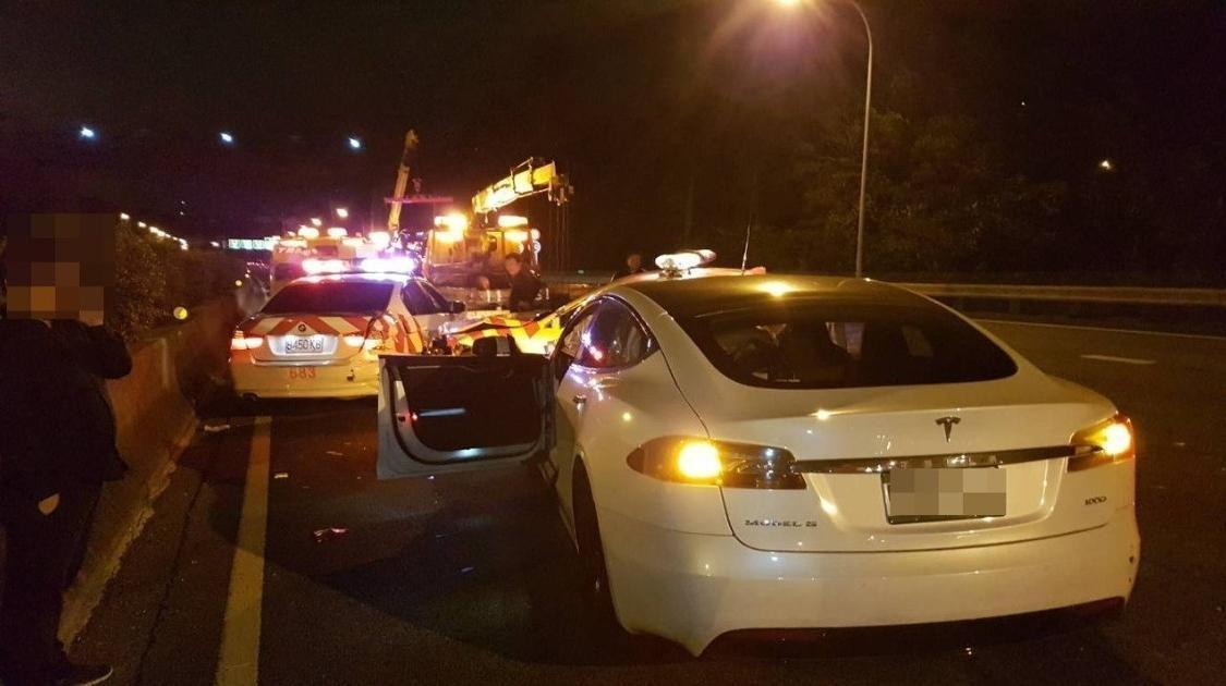 林姓男子開特斯拉轎車上高速公路,啟動設定自動駕駛功能卻追撞處理事故中巡邏警車。圖...