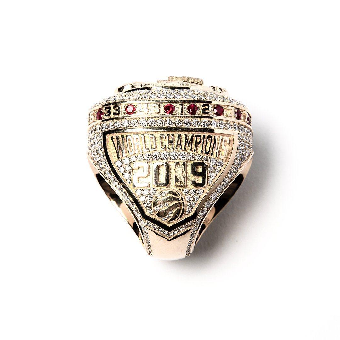 暴龍冠軍戒指周圍鑲上紅寶石並刻上全隊球員背號。圖/取自暴龍官方推特