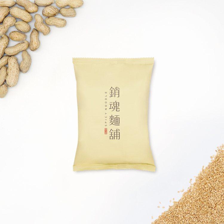 「銷魂花生麻醬」外觀採暖黃色包裝,單包售價80元。圖/大師兄銷魂麵提供
