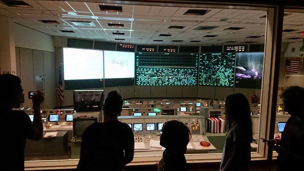 位於休士頓的太空總署NASA,是當時太空人在距離地球32萬公里處緊急呼叫的地方,...