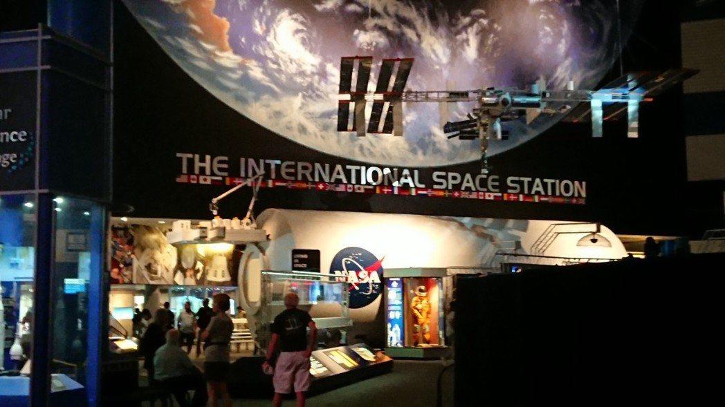 NASA園區有遊園車巡禮、太空梭實體及當年登陸月球的太空控制中心及運載火箭實體等...
