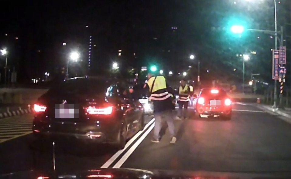 警方發動攔截圍捕,將涉嫌競速妨害安寧的5車9人全部攔下盤查。記者林昭彰/翻攝