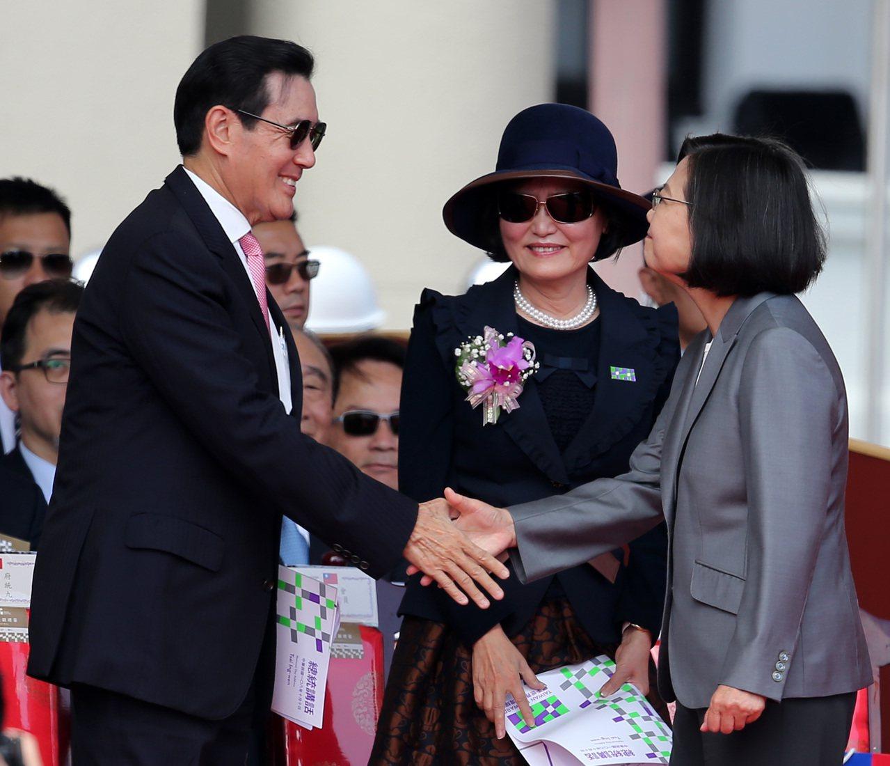 民國108年國慶典禮上午在總統府前舉行。蔡英文總統(右)與前總統馬英九(左)握手...