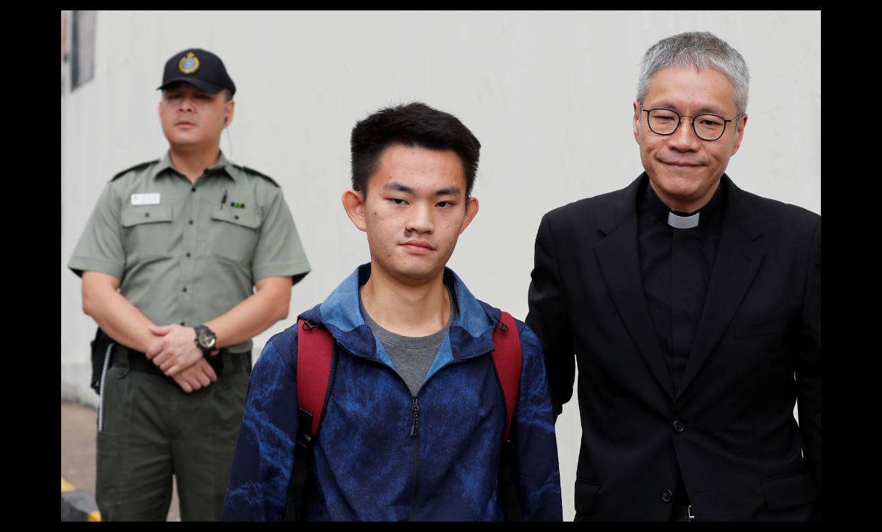 陳同佳今日在港刑滿出獄,在牧師管浩鳴的陪同下發表聲明鞠躬致歉。圖/取自路透社
