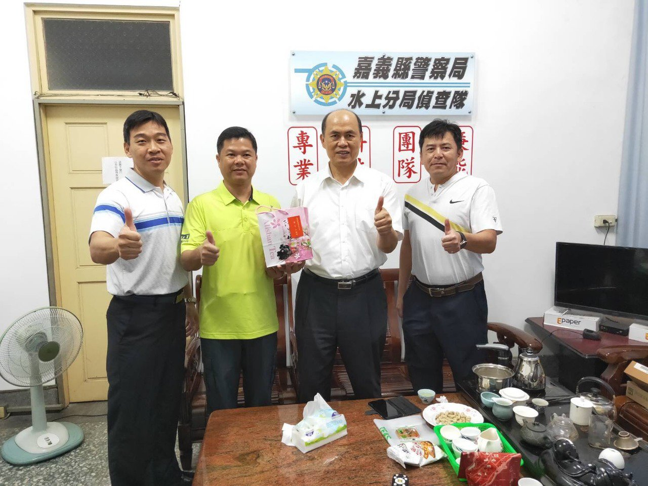 張永龍(左二)感謝嘉義縣警察局長廖宗山(右二)當時在現場坐鎮指揮,提供他安全感。...