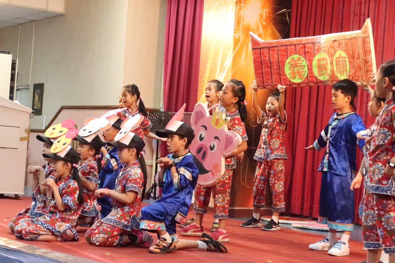 莊敬國小親師生演出客家歌舞。記者徐如宜/攝影