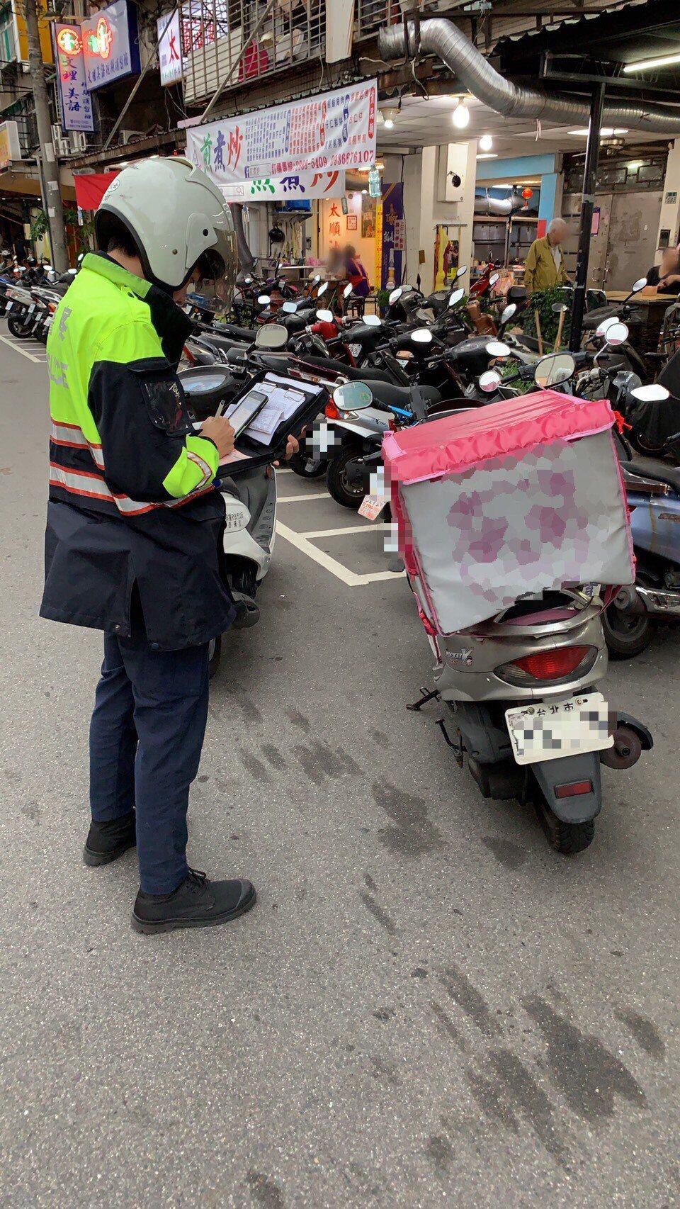 新北市三重警分局針對美食外送員加強交通執法,5天開出22張違規罰單。圖/警方提供