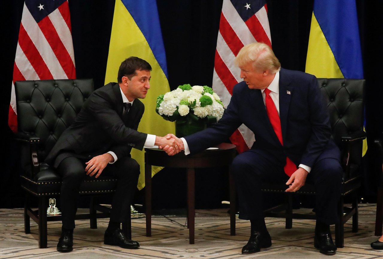 美國總統川普(右)近日因一通與烏克蘭總統澤倫斯基的電話,深陷彈劾調查泥淖。圖為兩...