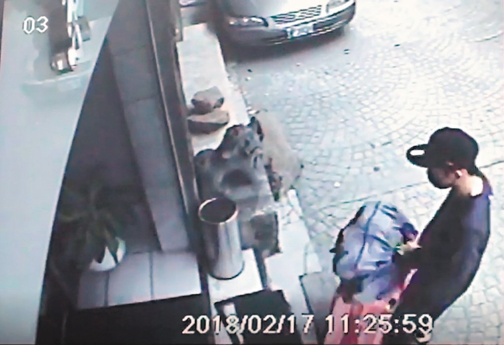 陳同佳去年從犯案旅社退房的監視畫面。資料照片/本報記者翻攝