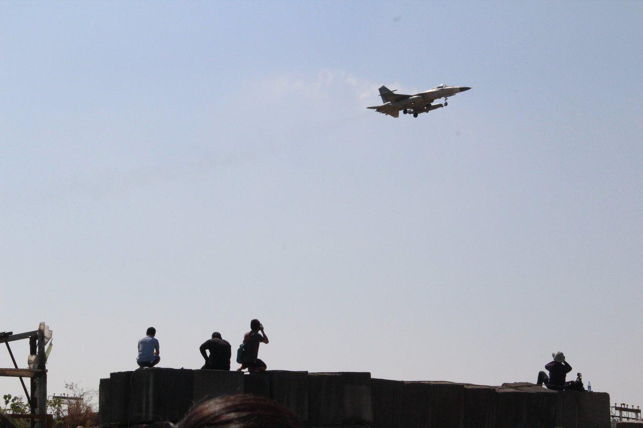 英國二戰的噴火式戰機,今天中午飛抵台中機場,大批軍事迷一早先到機場附近搶拍我國戰...