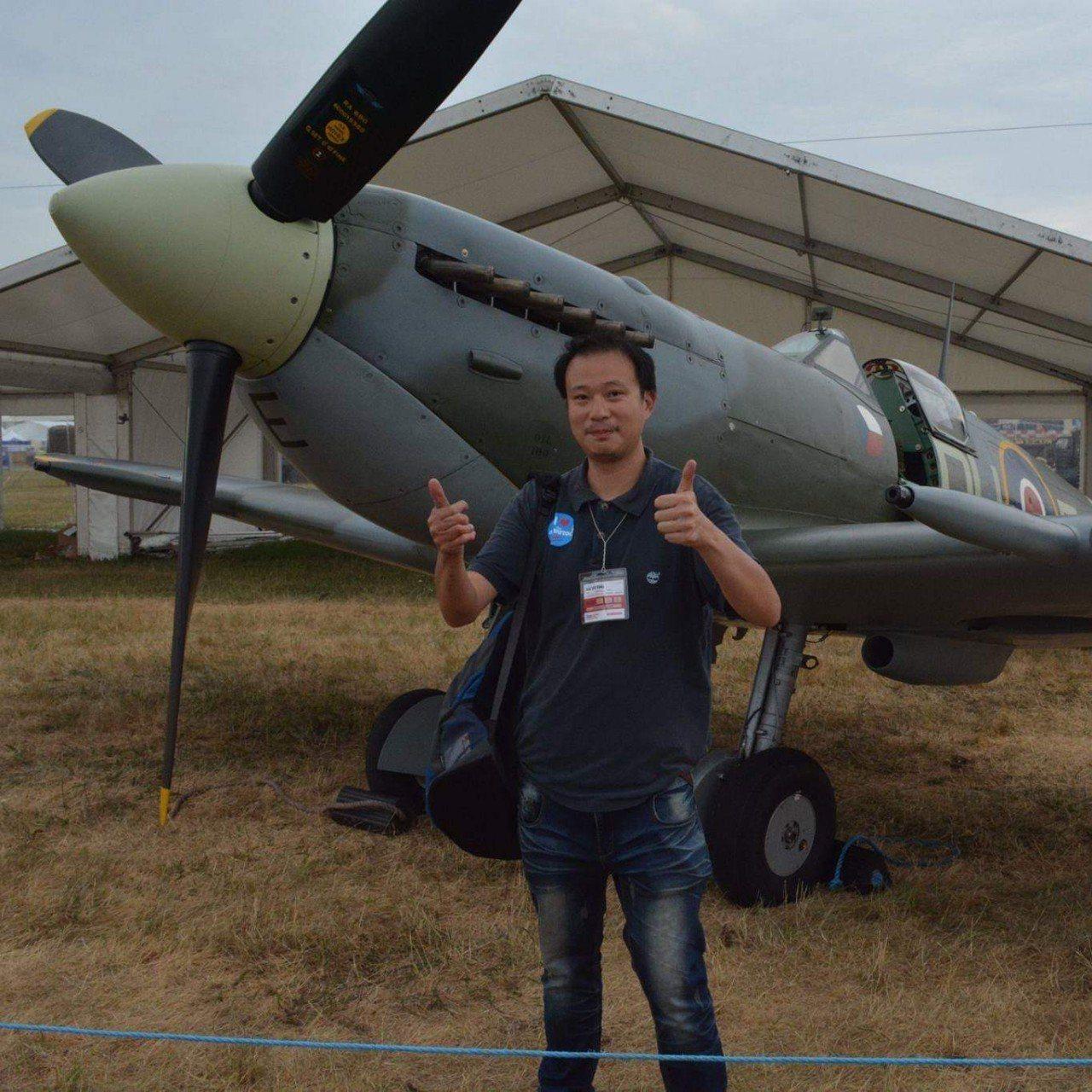 世界民航雜誌採訪編輯許劍虹去年到英國,與噴火式戰機合影。圖/許劍虹提供