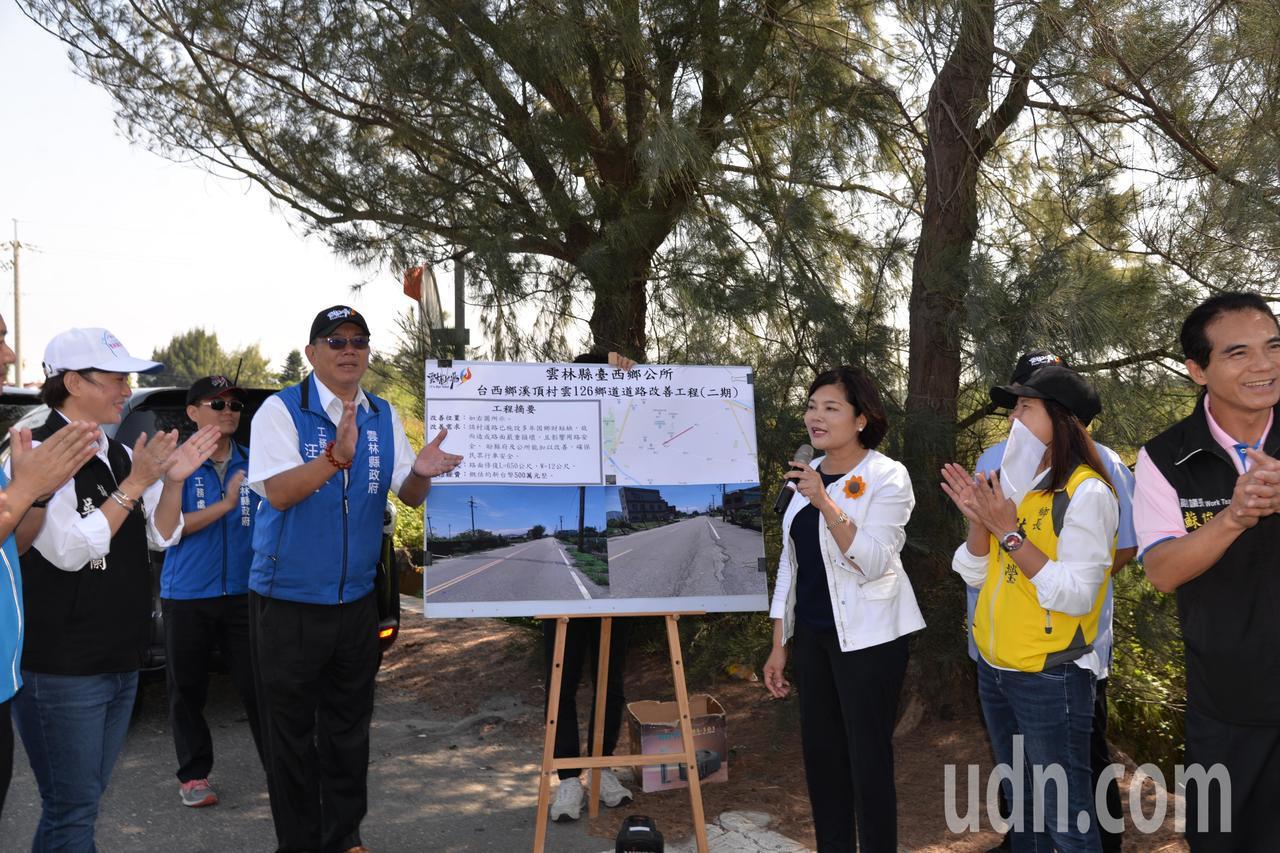 雲林縣長張麗善(右三)今天前往會勘,並允諾補助經費來幫鄉公所改善道路。記者李京昇...